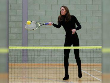 Usando uma bota com salto, Kate Middleton vai à academia e disputa partida de tênis com atletas mirins