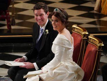 """Princesa para o público e """"Sra. Brooksbank"""" na intimidade: Eugenie manda bordar o nome do marido em jaqueta"""
