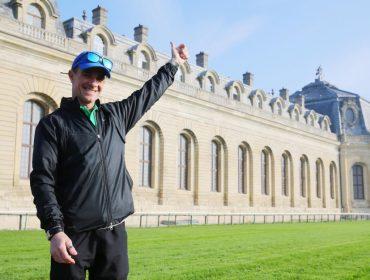 Brasileiro considerado o maior nome do turfe mundial recebe homenagem em Paris