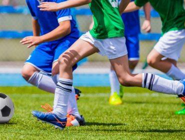 Mãe indignada entra na justiça dos EUA para filho ser escalado no time de futebol da escola
