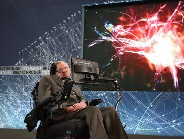 Cadeira de rodas de Stephen Hawking e outros pertences do lendário físico vão a leilão