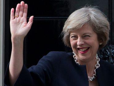 Theresa May sobe ao palco de conferência do Partido Conservador rebolando ao som do ABBA