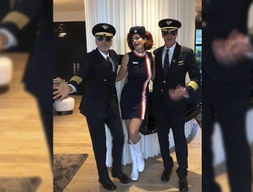 É Halloween! E quem são esses pilotos e essa comissária de bordo, prontos para levantar voo? Arrisca um palpite?