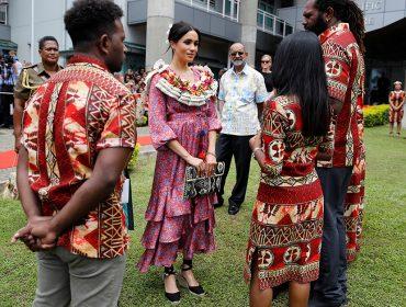 Em Fiji, Meghan Markle é retirada de evento por seguranças e detalhe chama atenção do mundo