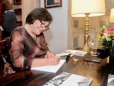 """A noite de autógrafos de """"Cinco Antônios Duas Cidades"""", de Margarida Cintra Gordinho, no Iate Clube de Santos"""