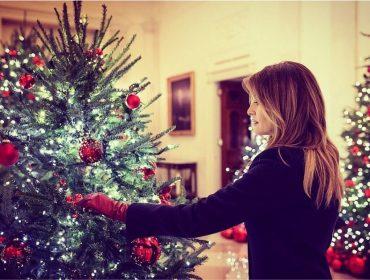 Melania Trump inaugura decoração de Natal da Casa Branca com direito até a bolas de futebol