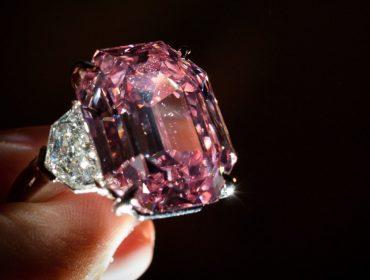 """Diamante """"Pink Legacy"""", que será leiloado nesta terça, deverá ser arrematado por mais de R$ 188 mi"""