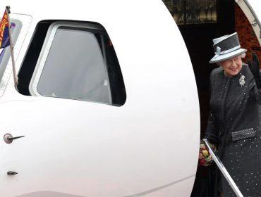 """Rainha mais viajada da história, Elizabeth II decreta """"aposentadoria aérea"""" e diz adeus aos aviões"""