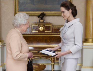 Angelina Jolie e rainha Elizabeth dividirão as atenções dos ouvintes de rádio britânica neste fim de ano. Oi?