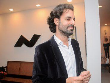 Rafael Moraes e Alessandra D'Aloia recebem amigos para talk em torno de Luiz Gama