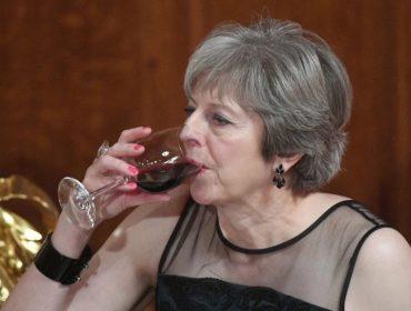 Theresa May afirma que seu marido – e o whisky – lhe confortam em meio às complicações do Brexit