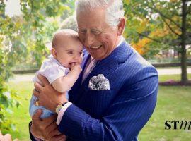 """Príncipe Louis rouba a cena em nova foto de família """"atacando"""" o vovô Charles"""