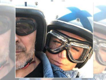 Xuxa no melhor estilo old school na garupa do namorado Junno Andrade. Dá uma espiada!