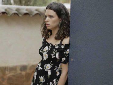 """Cabelo com ondulação """"natural"""" é a aposta de Bruna Linzmeyer na nova novela """"O Sétimo Guardião"""". Quer ter um igual?"""