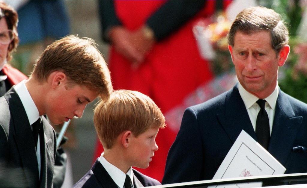 Charles com os filhos, William e Harry, no funeral de Diana