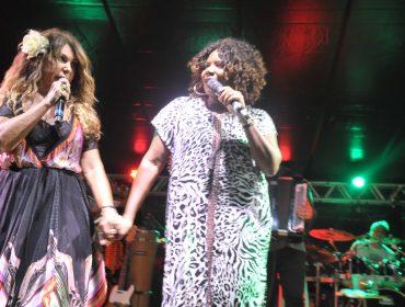 Elba Ramalho recebe convidados em show fervidíssimo em Trancoso