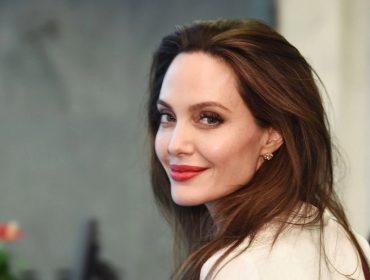 """Com fortuna estimada em R$ 380 mi, Angelina Jolie estaria """"quebrada"""" e vivendo de salário em salário"""