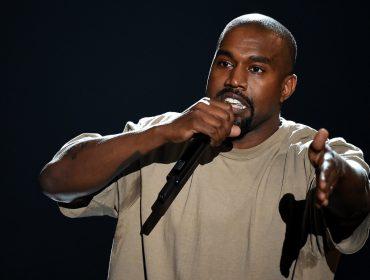 """Kanye West não cansa de levar """"bronca"""" em público e desta vez foi do ator de musical """"The Cher Show"""""""