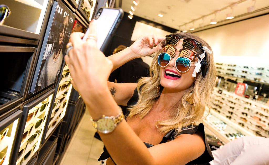 Maxi óculos e lentes coloridas  vem ver os queridinhos do cocktail ... 7056eb9773