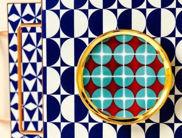 Lá em Casa: mix & match geométrico na decoração com o set de bandejas de Flavia Del Pra
