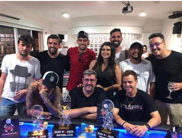 Neymar recebe amigos para torneio de final de ano de poker no Guarujá