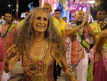 """Documentário """"Fevereiros"""" que mostra os detalhes do enredo da Mangueira em homenagem a Maria Bethânia ganha trailer. Play!"""