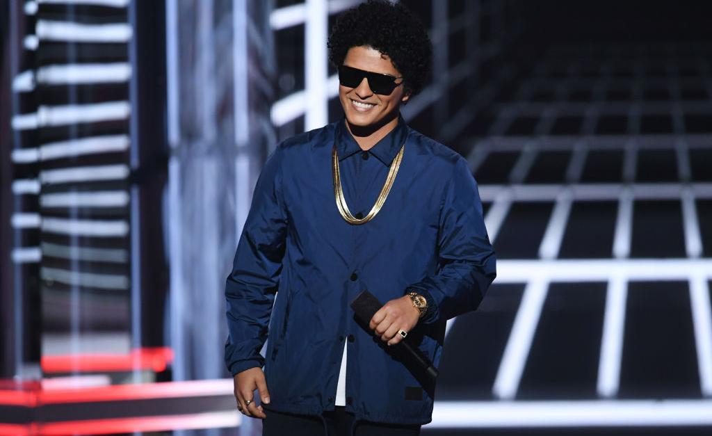 0efc360d1af Bruno Mars desembolsa quase R  2 milhões para presentear colegas de banda  com relógios grifados