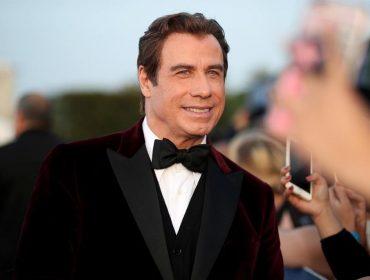 """John Travolta """"assume"""" a careca: astro americano posta foto com a cabeça totalmente raspada"""