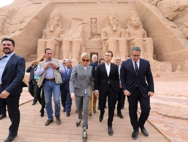Brigitte Macron causa polêmica com tênis de mais de R$ 3 mil em visita ao túmulo de Ramsés II