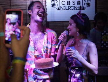Paulinho Vilhena e Manu Gavassi comemoram aniversário em Noronha com turma das boas