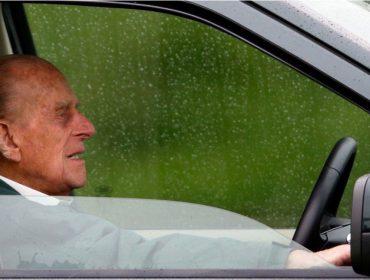 Príncipe Philip volta ao volante dois dias depois de escapar ileso de acidente de trânsito