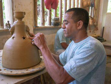 Em Trancoso, turma de convidados da Mastercard Black participou de workshop do artista Zé da Cerâmica