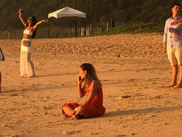 Sem o marido, Paolla Oliveira se emociona ao receber ligação em pleno Réveillon, e é consolada por Claudia Raia