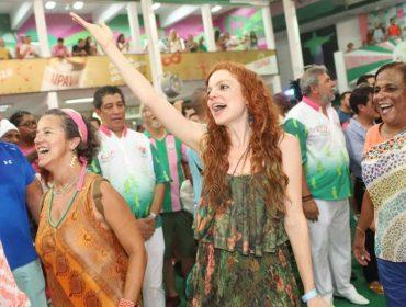 """Destaque em """"O Tempo Não Para"""", Maria Eduarda Carvalho mostra que também tem samba no pé"""