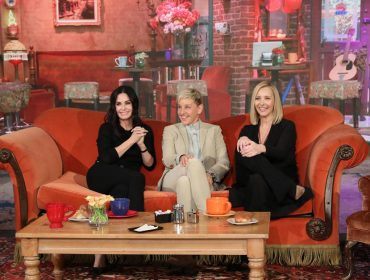 Ellen DeGeneres faz surpresa para Courteney Cox com mini reunião 'à la' Friends…