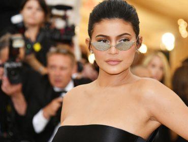 Kylie Jenner é mais uma que entrou na onda do suco de salsão pela manhã. Saiba quais os benefícios