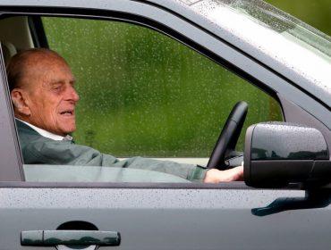 """Príncipe Philip decidiu abrir mão de dirigir em vias públicas e só. Entenda a """"manobra"""" do marido de Elizabeth II"""