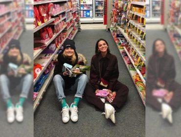 Batendo ponto na NYFW, Bruna Marquezine se diverte no chão de 'drugstore' com Sasha