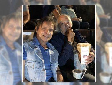 """Roberto Carlos se emociona ao assistir """"Minha Fama de Mau"""" ao lado do amigo Erasmo. Aos detalhes!"""