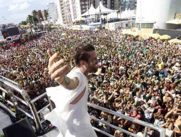 """Em Salvador, Saulo arrasta multidão com sua 'pipoca das cores': """"Que as diferenças se percam na brincadeira"""""""
