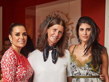 Alessandra Cozzi e Sofia Derani armam cocktail em torno de Mariana Niro
