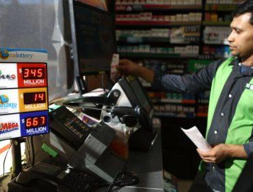 Americano que ganhou R$ 5,67 bi na loteria em outubro finalmente aparece para receber a grana