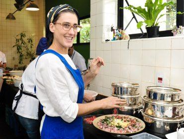 Paola Carosella comanda almoço na Casa de Vidro para reviver Lina Bo Bardi