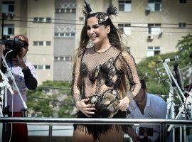 """Grávida, Claudia Leitte encerra seu Carnaval emocionada: """"Queria que essa fantasia 'fosse eterna'"""""""