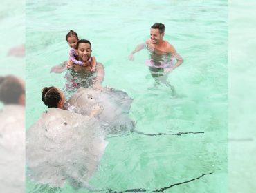 A cada post, John Legend conta sua evolução nas piscinas. As aulas de natação do cantor estão rendendo!