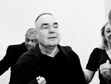 Reinaldo Lourenço arma desfile no Farol Santander com fila A das boas