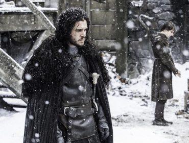 """Capas que salvam os personagens de """"Game of Thrones"""" do frio são na verdade tapetes baratos da IKEA. Oi?"""