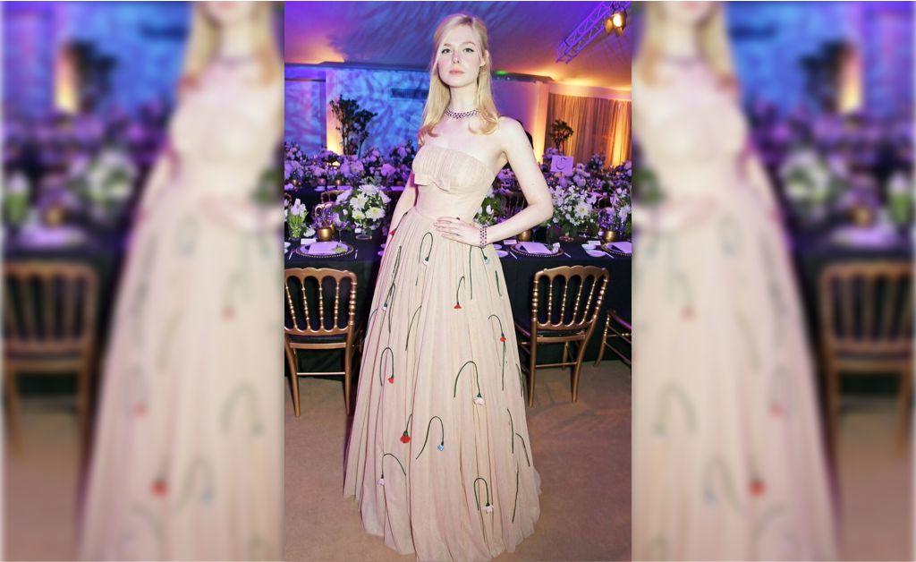 2e4ffa02b Elle Fanning a bordo do vestido da Prada que exibiu em Cannes || Créditos:  Reprodução