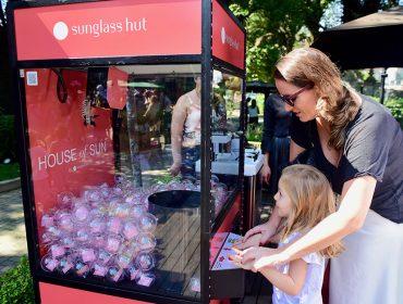 Vending machine da Sunglass Hut fez sucesso na festa para as mamães do Glamurama