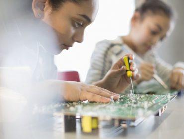 Exame feito pelo governo dos EUA indica que meninas entendem mais de tecnologia do que os meninos